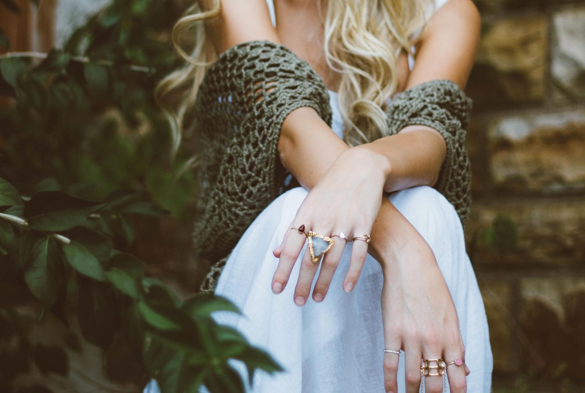 Frau mit vielen Ringen